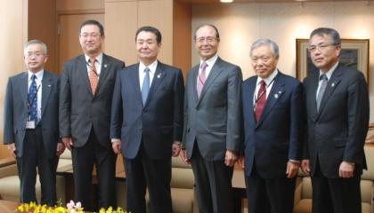 懇談した全農役員らと王会長(左から)香川参事、吉永専務、中野会長、王理事長、萬代副会長、神出専務