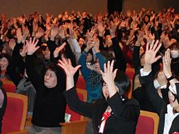 女性参画の一層の前進を確認したJA全国女性協の大会(「レインボー体操」で体をほぐす参加者)