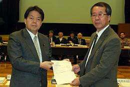 審議会へ諮問する林農水相(左)と、諮問を受ける生源寺会長