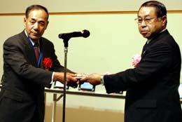 表彰を受ける村木沢あじさい営農組合の開沼代表