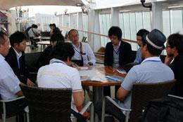 船内研修で熱心に討論する参加者ら