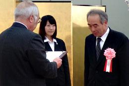 萬歳会長から表彰を受ける広報大賞のJA秋田ふるさと高橋組合長