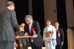 家の光文化賞の表彰をうけるJAセレサ川崎の柴田組合長ら