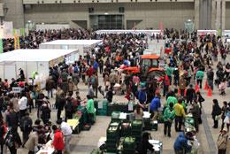 会場には多くの人が訪れ、新鮮な食材や特産加工品を買い求めた。