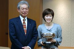 皇后杯を成清理事長(左)に披露した石川選手