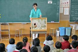 読み聞かせ会は、元飯山ケーブルテレビアナウンサーの高野理恵子さんが行った。