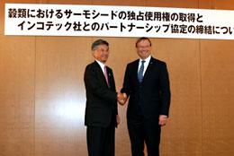 握手する山崎全農常務とインコテック社のダウェ・ザィップCEO