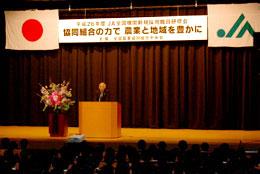 新入職員らに歓迎の言葉をかける萬歳会長