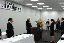 安田会長(左)を前に決意表明する新入職員代表