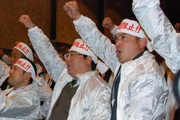 決議実現を求めてガンバロー三唱をする参加者