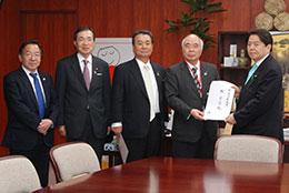 林農水相(右)に要請書を渡すJAグループ代表団ら(左から)冨士重夫全中専務、河野理事長、中野会長、萬歳会長