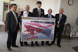 贈呈式のようす。(左から2番目)内藤一JAそうま組合長、(同3番目)有田支店長