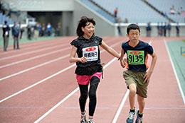 子どもと一緒に走る高橋尚子さん
