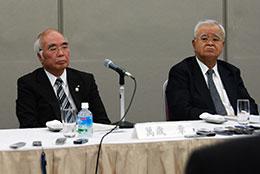会見に出席した萬歳会長(左)と米倉会長