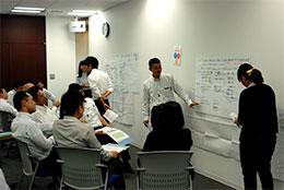 ロールプレイでCS改善の方策を話し合う参加者ら。