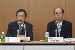 会見する河野理事長(左)と高橋専務