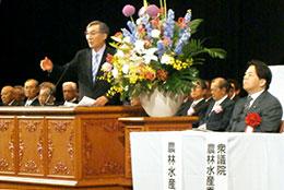 政府の規制改革会議の取りまとめを非難する二田会長(中央)と、それを聞く林農相(右)