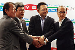 業務提携で握手するJA全農とファミリーマートの役員ら