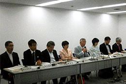 2規制改革会議委員による記者会見。中央が岡素之議長