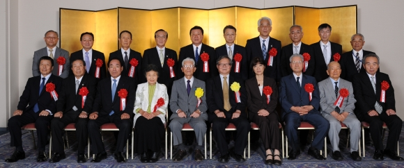 第36回農協人文化賞受賞者と今村委員長(前列中央右)、佐藤喜作会長(前列中央左)と記念撮影