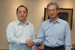 瓮福の何董事長(左)と成清・全農理事長