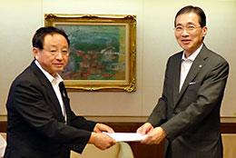 要請活動を「大会アピール」を渡す藤尾東泉代表(左)と河野良雄理事長