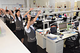調整前にひと踊りは、職場の一体感を深め、仕事の能率も上がる。