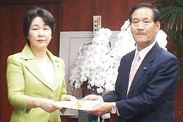 山形県の吉村美栄子知事(左)と西川農相
