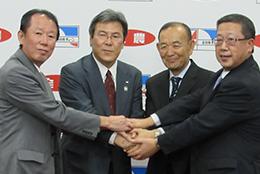 (左から)全農の高崎淳生活リテール部長、鈴木盛夫常務と全日食の齋藤充弘会長、平野実社長