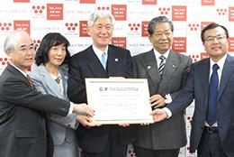 ユネスコの認定証を手に記念撮影する発起人ら(左から)和食会議の山口幹事、江原副会長、熊倉会長、村田副会長、青木幹事
