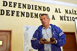 トウモロコシを守ることでメキシコを守る」のスローガンを説明するロべス会長