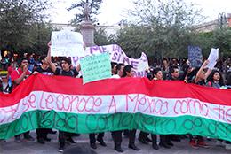 学生の殺害に抗議する学生たちのデモ(2014年11月20日、ケレタロ州ケレタロ市で)