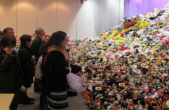 平成25年12月の人形感謝祭。たくさんの人形が供養された。