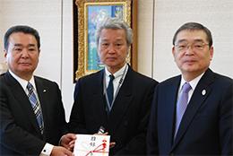 目録贈呈のようす(左から)中野会長、松本宏志東京都共同募金会事業部長、籾井会長