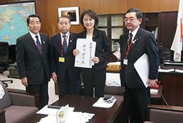 27年度畜・酪対策を要請した(左から)森永委員長、飛田副会長、中川政務官、大西常務