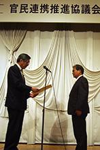 表彰を受けるJA東西しらかわの鈴木昭雄組合長(右)と竹下亘復興相