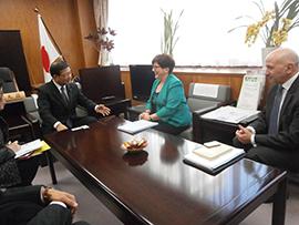 小泉昭男副大臣(左)を表敬訪問したグリーン会長、バンセル氏