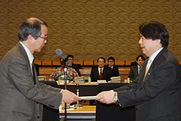 林農相(右)と中嶋康博部会長