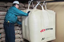 コンテナに積み込まれる新開発の輸出専用フレコン