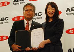 事業連携に調印した神出JA全農専務(左)と櫻井ABC社長