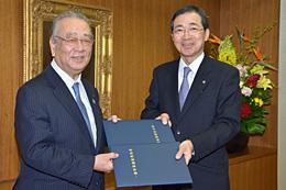 契約書を取り交わす野宮紀昭JA千葉信連経営管理委員会会長(左)と河野良雄農林中央金庫理事長