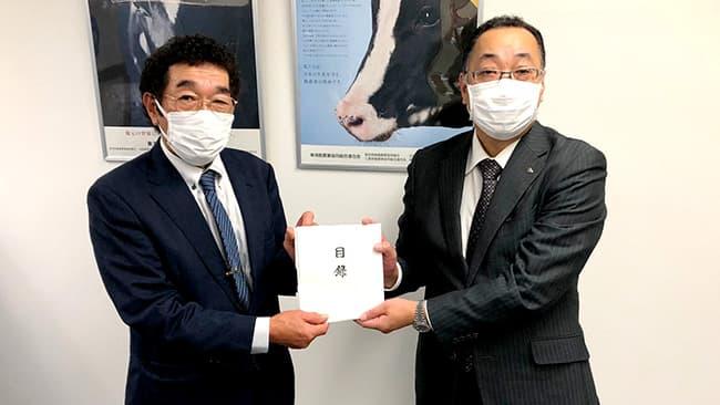 東海酪農業協同組合連合会の鈴木会長(写真左)と岐阜工場の早田工場長