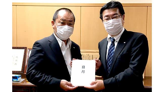 九州生乳販売農業協同組合連合会の隈部会長(写真左)と佐賀工場の千貝工場長