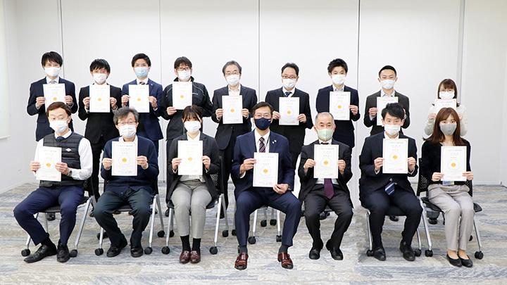 「三ツ星タマリエ」認定証書を手にする小島勝代表取締役社長と社員の皆さん