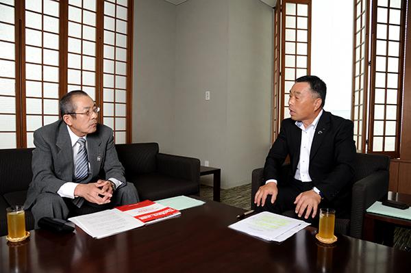 中家徹・JA全中会長(左)と八木岡努・JA水戸組合長