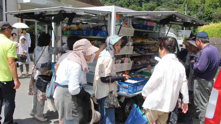 JA紀南の「Aコープ移動スーパー」。買い物不便の高齢者に生鮮品を届けと同時に見守り活動なども。