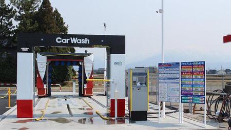 最新式のドライブスルー洗車機