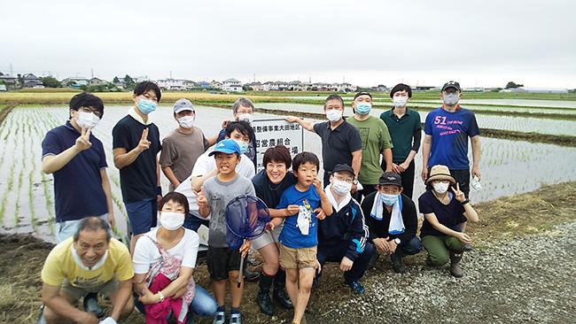 田植えを体験した職員とその家族ら(神奈川県伊勢原市で)