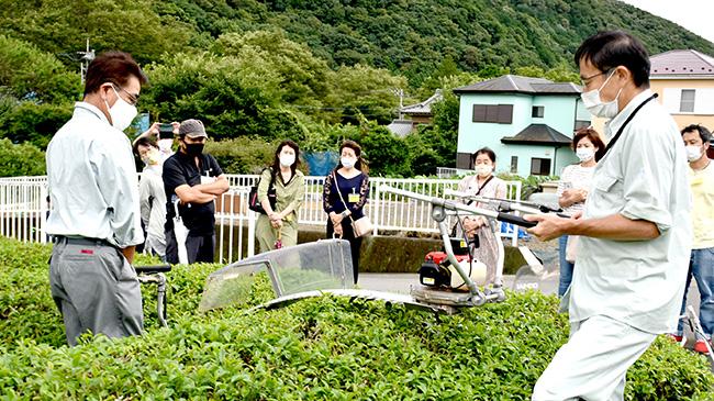 茶園で使う機械について説明(神奈川県清川村)