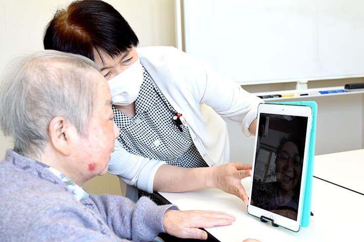 家族とオンライン面会する入居者(秋田県能代市で)